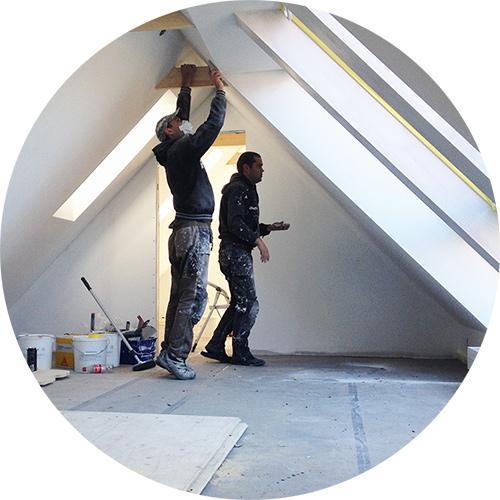 Håndværkere igang med istandsættelse af 1. salen på Kirsebærgården