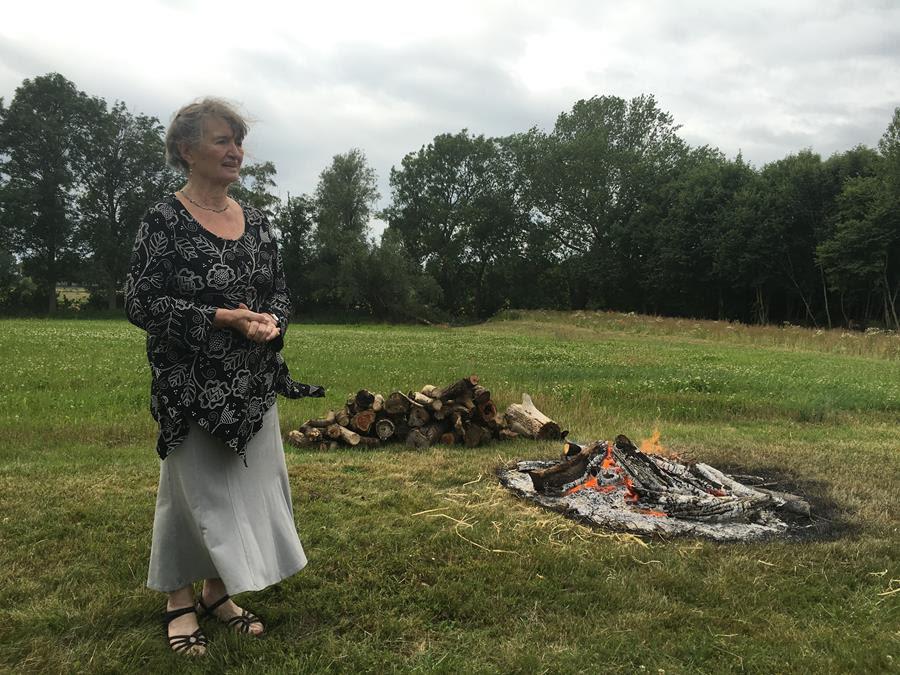 Susie Haxthausen ved bålet